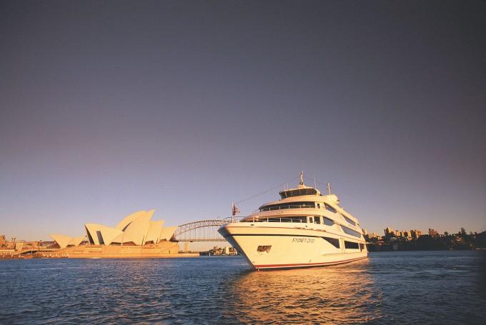 Capatin Cook Cruise ship1