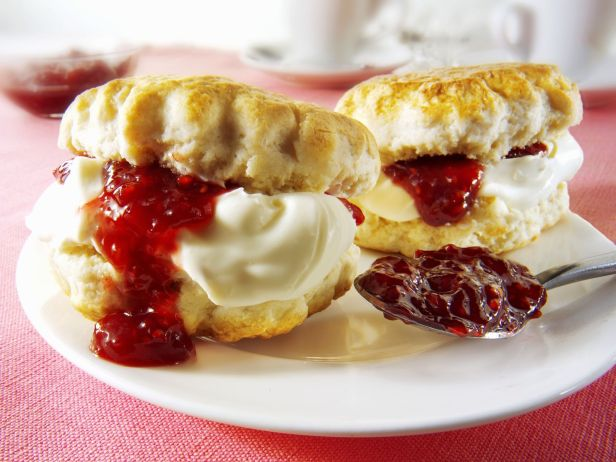 scones-with-raspberry-jam-and-clotted-cream-584688 (1)
